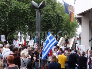 1436988670-greek-solidarity-protest-outside-of-the-german-embassy-in-london_8119907
